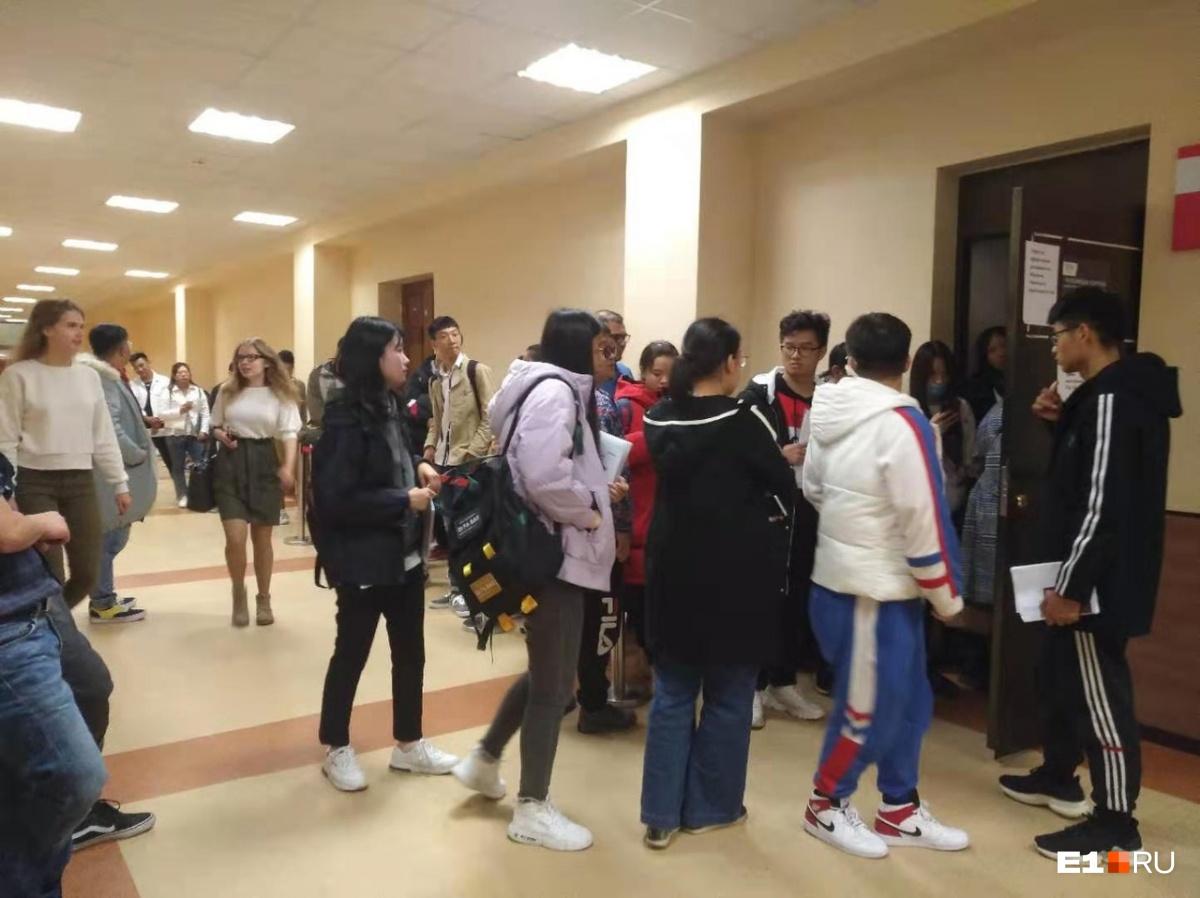 Иностранные студенты уже несколько дней штурмуют коридоры университета в надежде получить жилье. На фото — те, кто пришел сегодня утром