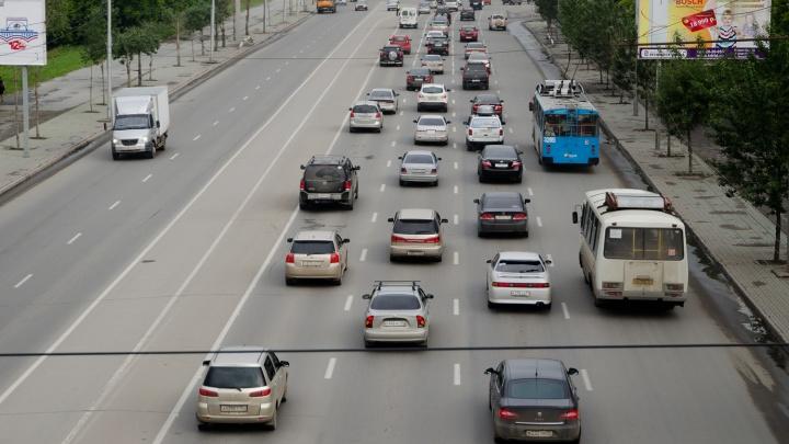 Три аварии снизили скорость движения по Октябрьскому мосту до 7 км/ч