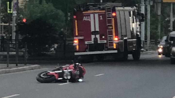 Ducati пролетел несколько десятков метров по дороге: на Восточной ВАЗ сбил байкера, тот впал в кому