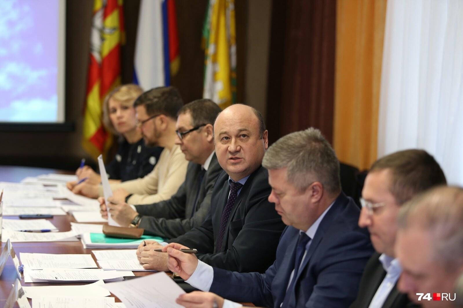 Члены комиссии терпеливо слушают кандидатов