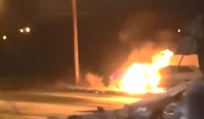 Полиция ищет поджигателя автомобиля на Автозаводе — очевидцы уверены, что это дело рук велосипедиста