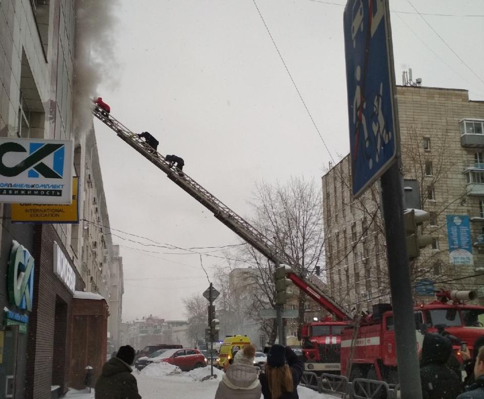 """Днем 17 января в бизнес-центре на улице Монастырской <a href=""""https://59.ru/text/incidents/65848211/"""" target=""""_blank"""" class=""""_"""">произошел серьезный пожар</a>. Первыми на помощь пострадавшим пришли случайные прохожие. Они спасли из огня беременную женщину"""