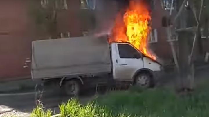 Стоящая во дворе на Вавилова «ГАЗель» днем неожиданно загорелась