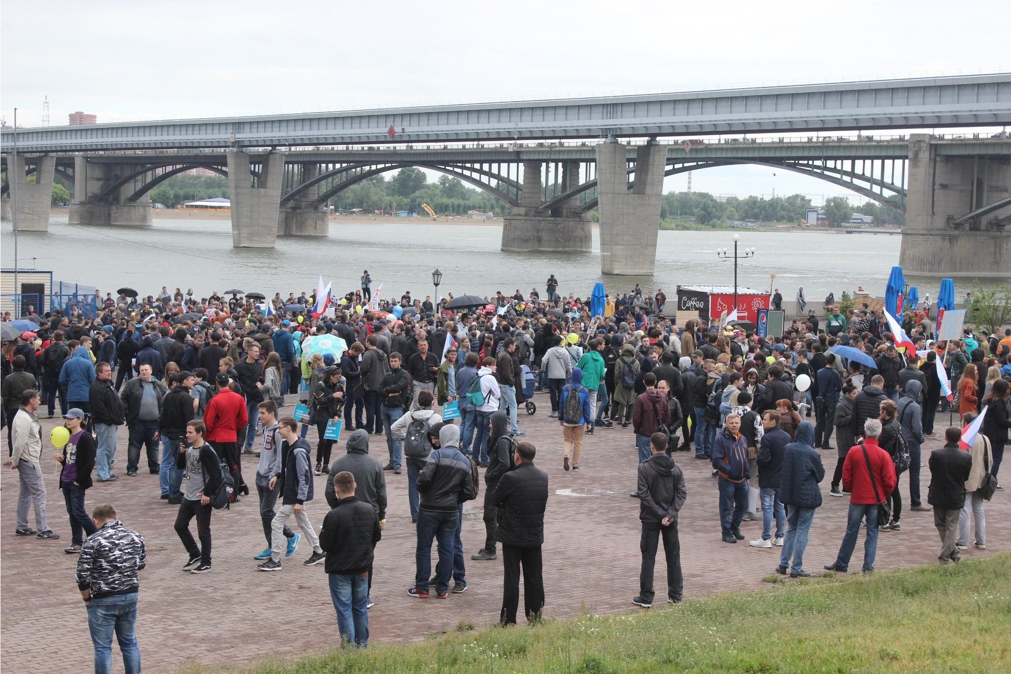 По оценке корреспондента НГС.НОВОСТИ, на Михайловской набережной собралось не менее 3 тыс. человек