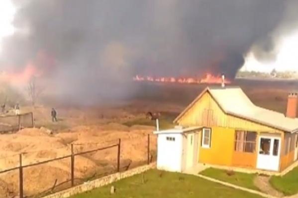 Огонь несся на дома, подгоняемый ветром