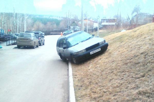 Нарушителям за парковку на газоне придется выложить от 2000 до 4000 рублей