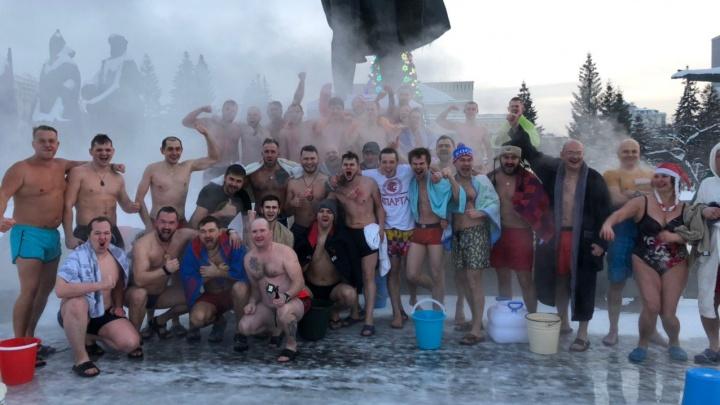 Новосибирцы облились холодной водой в мороз на площади Ленина