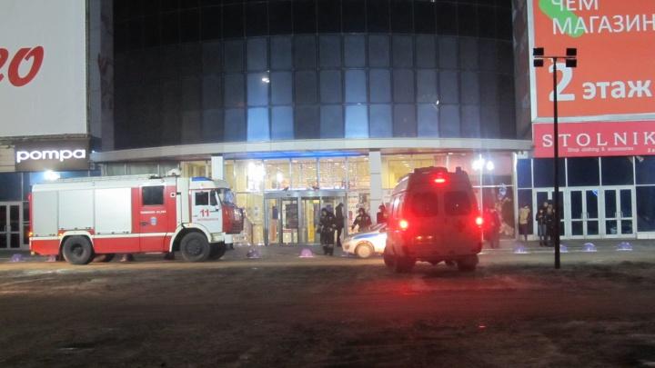 Загорелся холодильник: в Челябинске из-за пожара эвакуировали крупный торговый комплекс