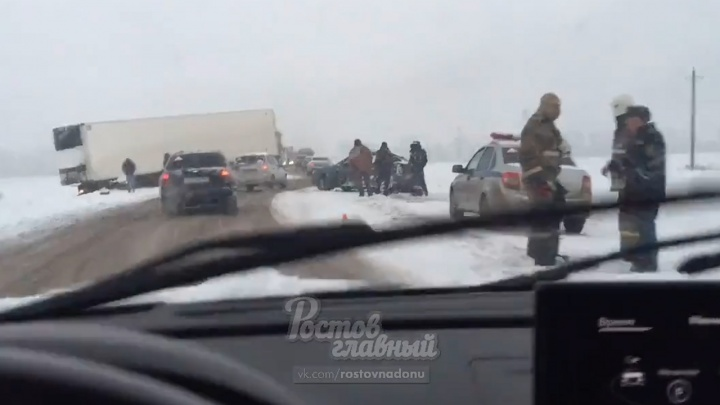 На трассе Ростов — Новошахтинск столкнулись фура и легковушка: есть жертвы
