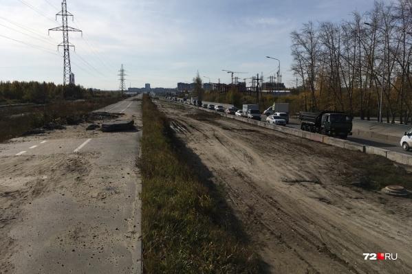 Пока строителей на участке не видно, но проезд уже закрыт
