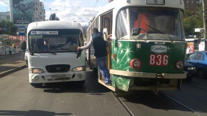 Hyundai перегородил проезд: в Самаре на Пензенской автобус врезался в трамвай на остановке