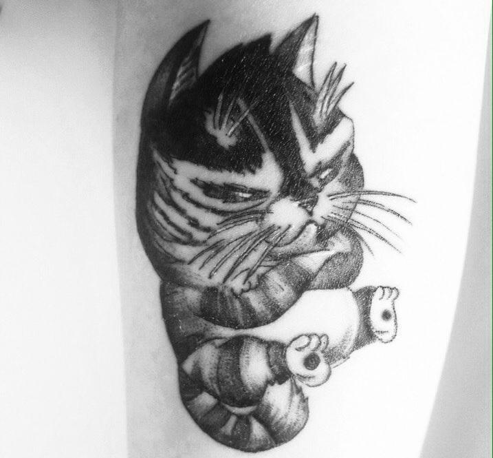 Это сердитый кот. Среди представленных работ встречаются тату не только Саши, но и ее коллег по студии