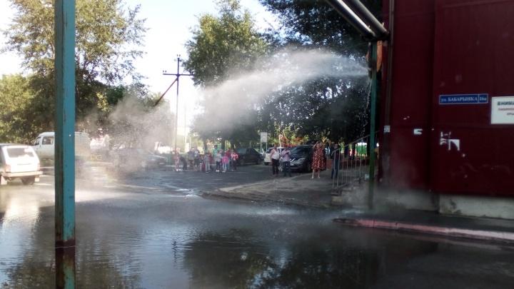 «Горячий душ хлестал прямо над выходом из подъезда»: прорыв трубы оставил дом на Бабарынке без воды