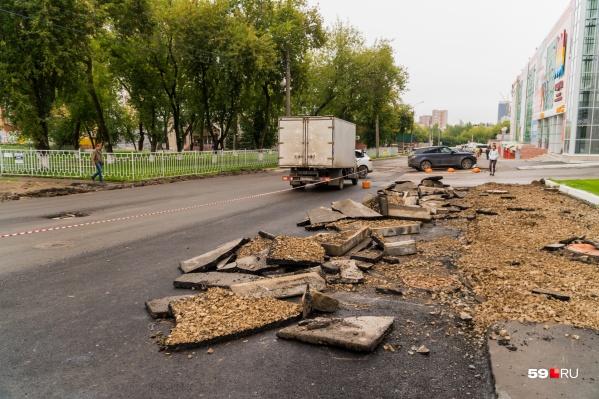 На дороге разбросаны куски покрытия