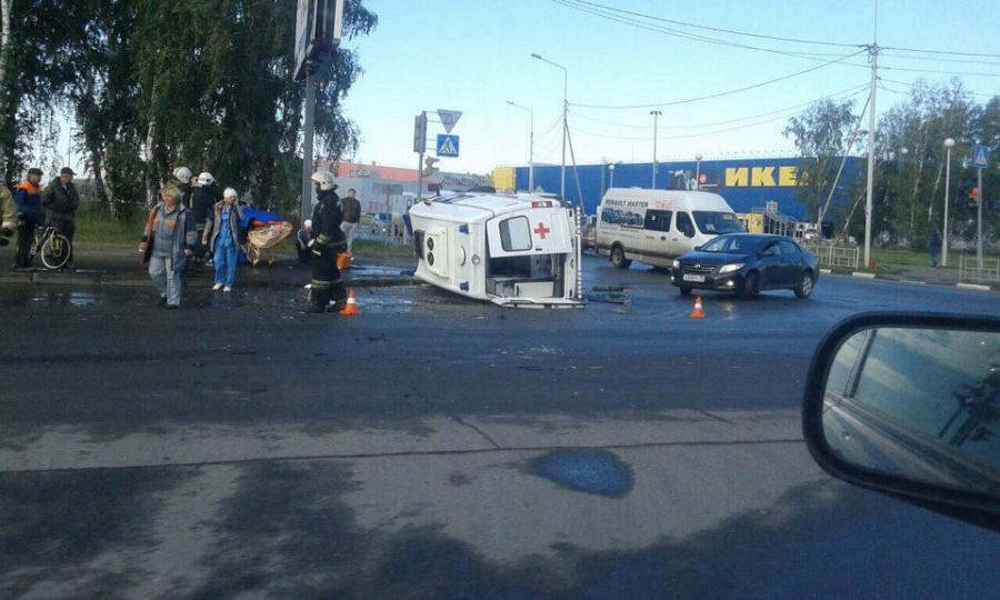 Пострадали оба водителя а также пассажиры скорой