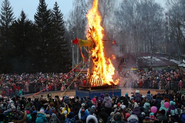 Кульминацией народного гулянья стало сожжение Масленичного чучела