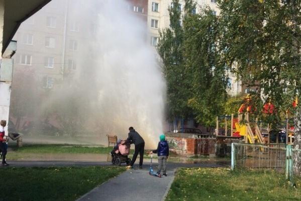 На площадке по соседству с прорывом гуляли родители с детьми