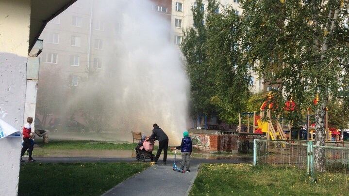 Фонтан горячей воды забил рядом с детской площадкой дома на Моторостроителей