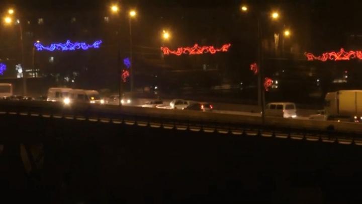 Из-за трех аварий подряд в пробке замер мост через ВДСК