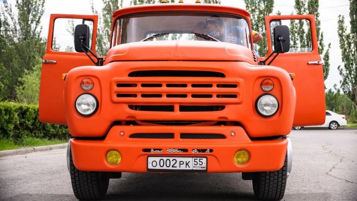 Бизнесмен Дмитрий Карев хочет починить забор на Красном пути и покрасить его в цвет своего грузовика