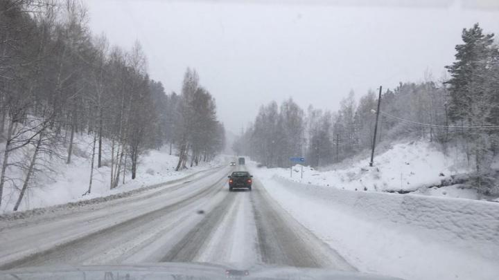 Дивногорскую трассу завалило снегом: водителей просят быть особо осторожными