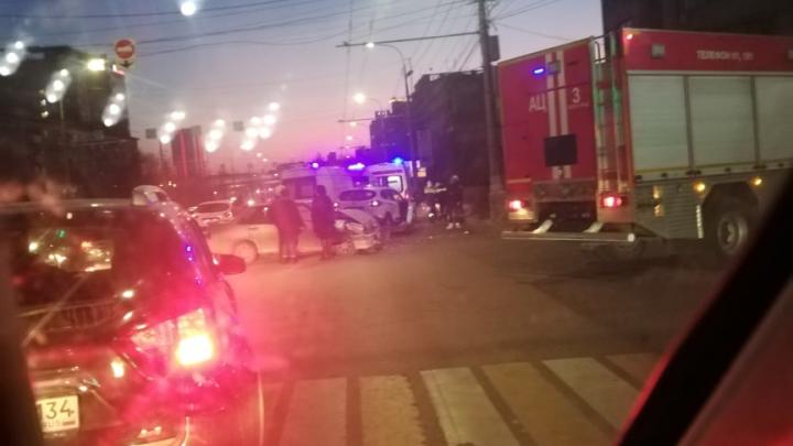 «Двоих увозили на каталках»: в Волгограде с разницей в несколько часов случились две аварии