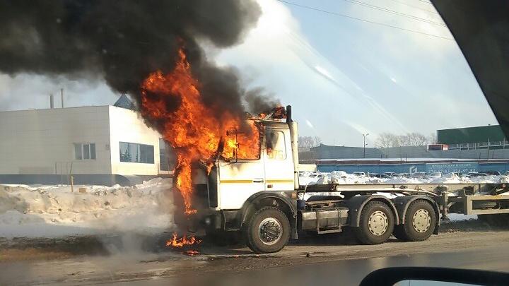 В Калининском районе загорелся грузовик c газовым баллоном в кабине — пострадал водитель
