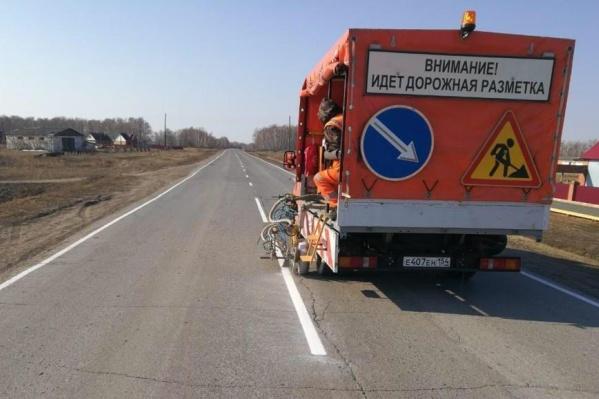 Дорожники закончили восстанавливать дорожную разметку после зимы (на фото — нанесение разметки в Краснозёрском районе)
