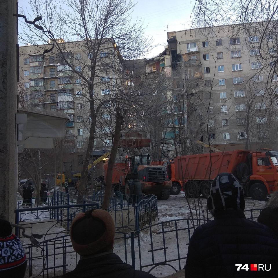 Под завалами могут оставаться около 80 человек