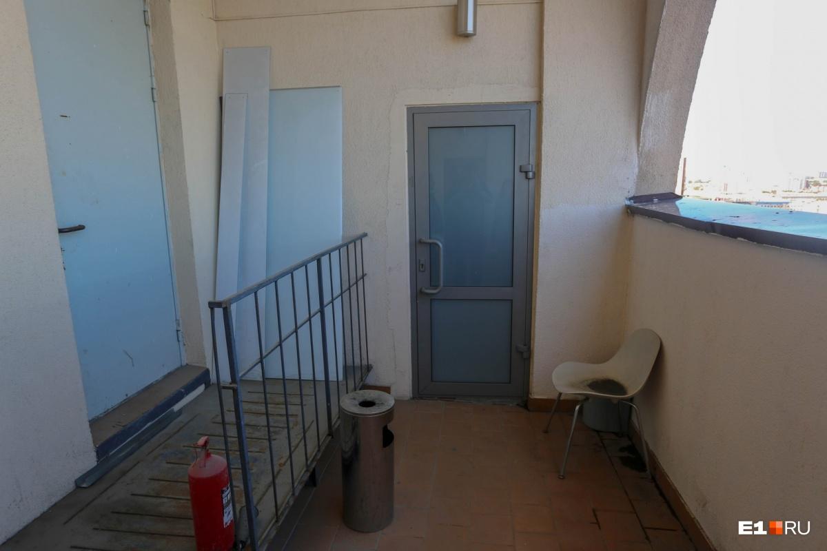 Неприметная дверь в жилую часть