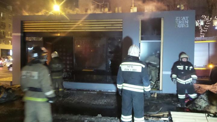 В центре Екатеринбурга сгорел недостроенный киоск для продажи шаурмы