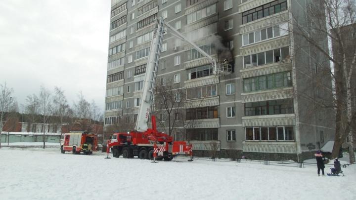На Юго-Западе жильцов многоэтажного домаэвакуировали из-за пожара в квартире: видео