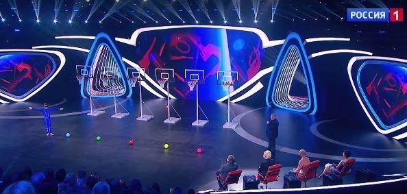 Гимнастка из Красноярска пыталась забросить мяч в корзину ногами на шоу «Удивительные люди»