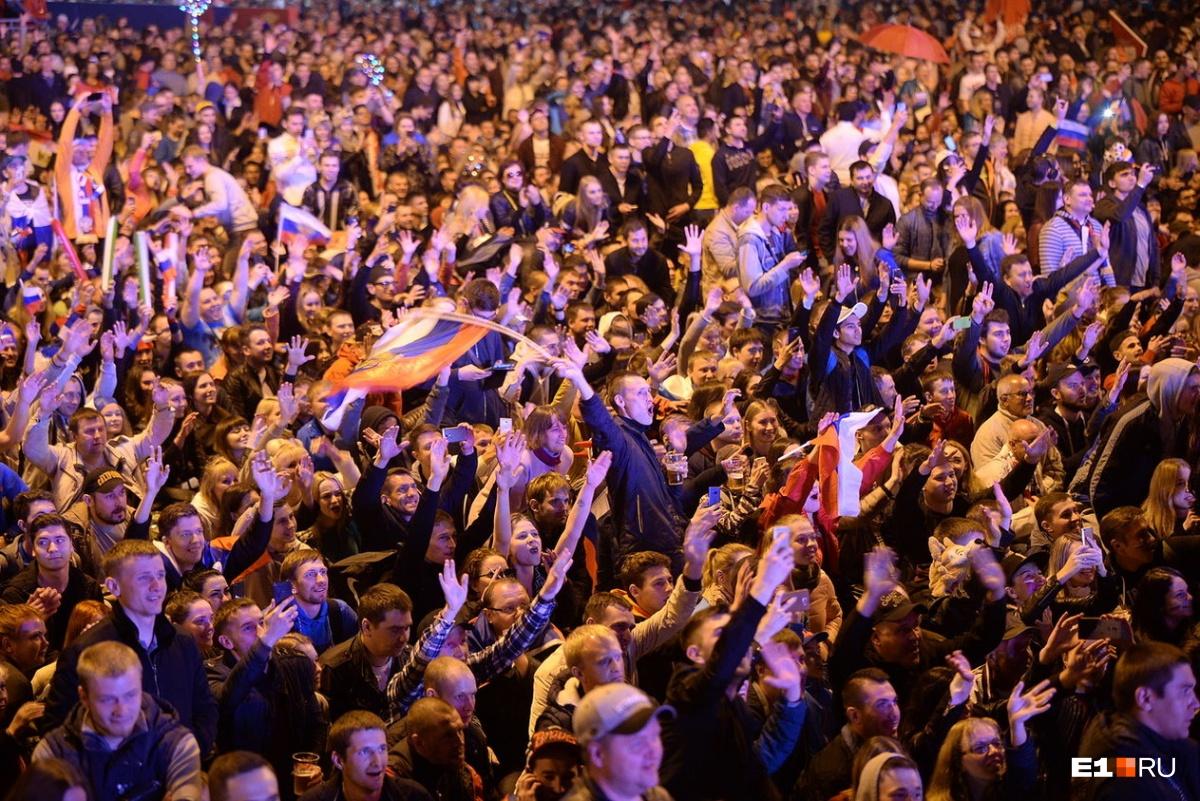 А внутри творилось что-то невообразимое — при каждом голе многотысячная толпа разрывалась от криков