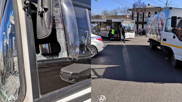 Водитель грузовика пытался обрулить автобус при повороте на Ленина и оказался виноват в аварии