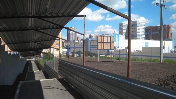 «Четыре года грязь топтали»: к многострадальному микрорайону построили первую пешеходную дорожку