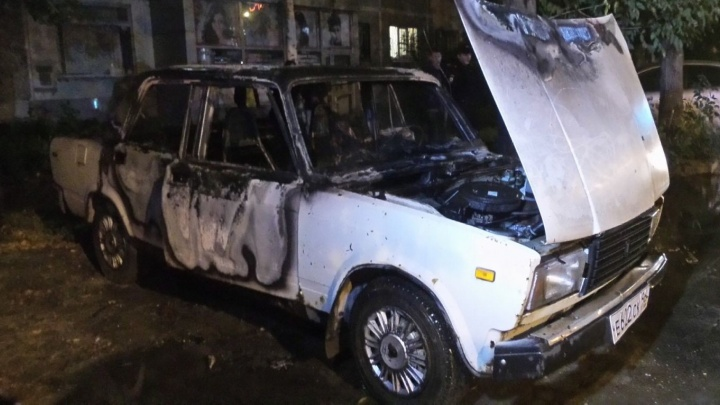 Следователи нашли пустые бутылки от алкоголя в машине, в которой заживо сгорел человек на Юго-Западе