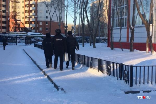 Одно из сегодняшних сообщений о минировании поступило в тюменскую школу № 43. Здание на улице Щербакова проверили полицейские