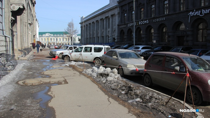 Глыба льда упала на парня в центре Омска с крыши университета