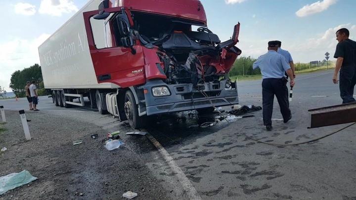 «По кабине будто ударили кулаком»: появилось видео с места столкновения Mercedes и КАМАЗа на М-5