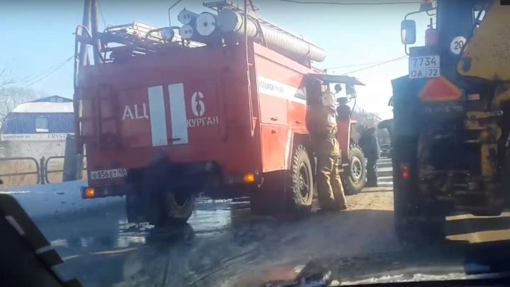«Спасатели достали водителя из кабины»: в ехавшую на вызов пожарную машину в Кургане врезался МАЗ
