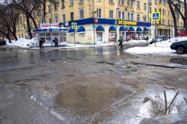 Особенно грустно сейчас смотреть на «изъеденную» невиданными вредителями дорогу на площади Мочалова