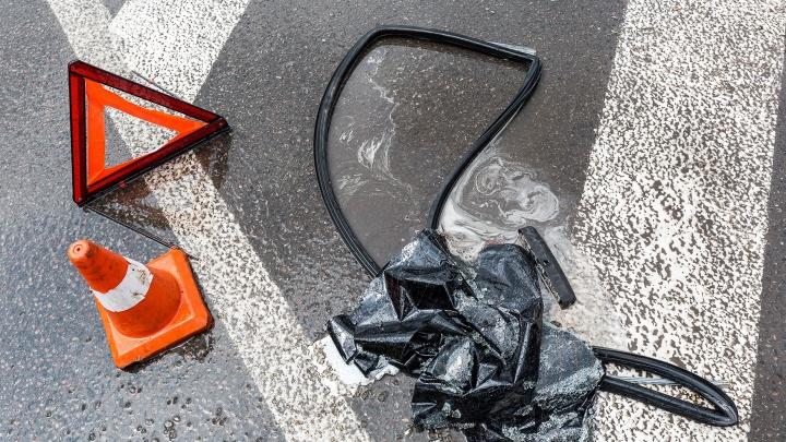 Под Волгоградом две легковушки столкнулись из-за оторвавшегося колеса грузовика