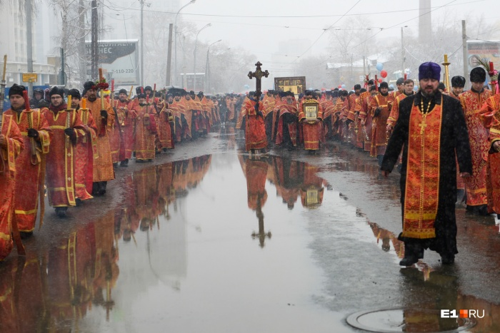 Участников крестного хода не напугали ни снег, ни лужи