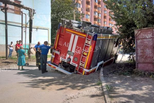 Асфальт под спецмашиной провалился на Мариупольском шоссе