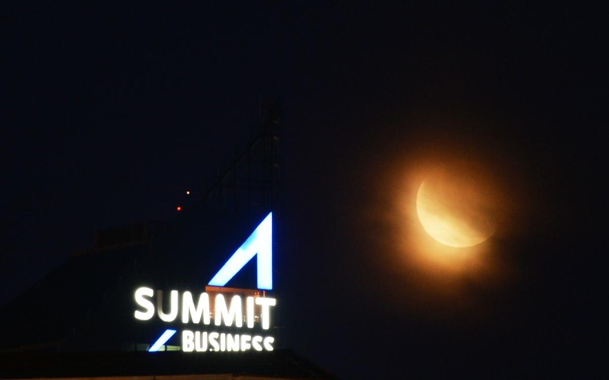 Лунный диск над бизнес-центром Summit