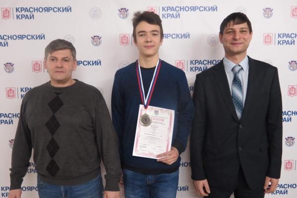 Илья Федоренко (в центре)