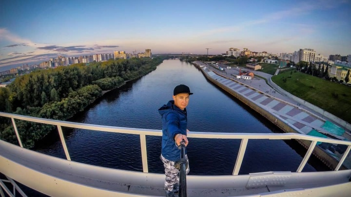 Блогер снял на видео свою экстремальную прогулку по сводам моста Челюскинцев. Его накажут за это?