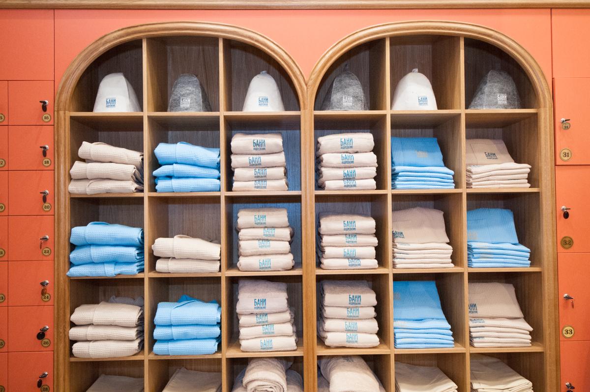 Полотенце или халат с собой даже брать не захочется: в «Андреевских банях» большой ассортимент банных принадлежностей