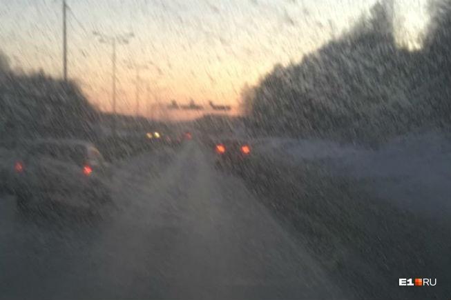Незамерзайка замерзает на морозе, а грязью с трассы закидывает стекла — ехать становится опасно